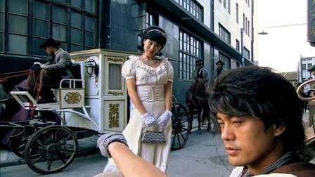 富家千金放着马车不坐,非要坐小伙的黄包车,不料小伙跑向台阶