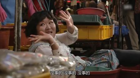 胖主妇在市场买鱼,不料摔进鱼盆站起不来了,老板眼神亮了!