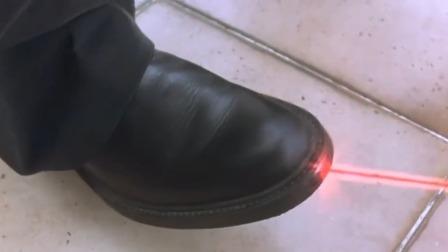 鞋子能射出红外线,衣服竟还能变成杀人工具,这装备实在太厉害了