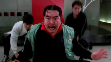 黑人力大无比,没想到中国人拿胖子当武器,撞得黑人怀疑人生