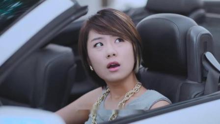 美女没驾驶证被交警拦住,不料美女打了个电话,交警听了立马放人