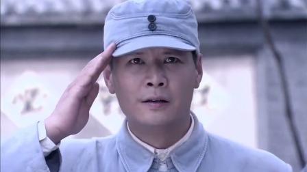 军官正向首长敬礼,抬头一看有反光,立马猜到对面有敌军的狙击手