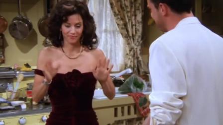 老友记:莫妮卡在厨房拿刀玩,不料刀脱手,直直插在了钱德勒脚上!