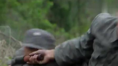 尖刀班埋伏鬼子,班长一个手势,手榴弹如雨般往鬼子身上招呼