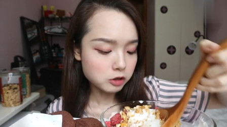 吃货哎呦阿尤吃巧克力卷和瑞士卷,用大勺喝酸奶,看着超级满足!