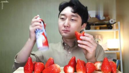 大胃王吃播小哥吃奶油配草莓,草莓好大颗,好佩服小哥的吃法!