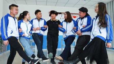 老师带学生在教室里跳广场舞,学生跳的一个比一个欢快,真有趣