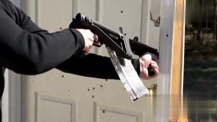 老外将家里的门拿出来演练,还疯狂射击,胆子挺大啊!