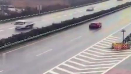可怕!女司机高速任性倒车 泥罐车避让不及甩尾相撞