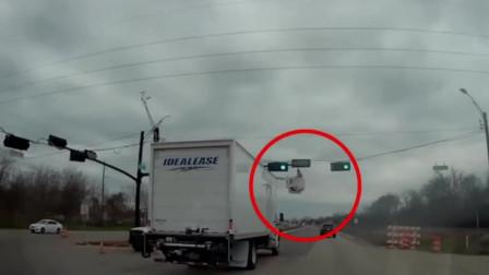 维修工公路高空作业 惨遭货车连人带梯撞飞