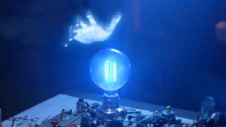 男子发明能看到鬼魂的灯,于是来到古宅,却照见了更可怕的东西