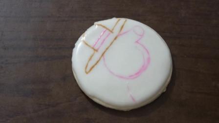 用糖霜饼干画《小猪佩奇》的猪姥姥,感觉糖霜有点薄,但是还可以