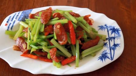 """大厨教你:""""小芹菜炒腊肠""""的正宗做法,香辣爽口,真的太好吃了"""
