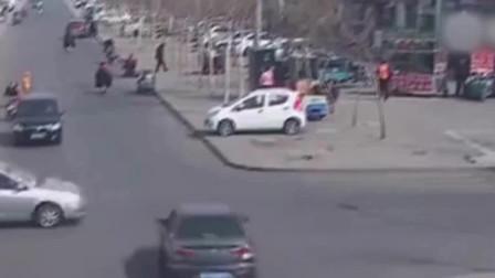两车路口不减速相撞 骑车女间隙躲过一劫