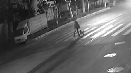 死神来了!男子过马路与疾驰轿车插件而过 险被撞
