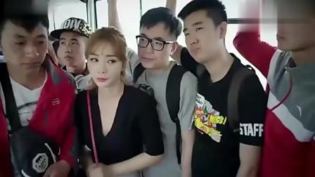 美女在公交车上一直放屁还不承认,大妈被屁崩的样子,笑喷了