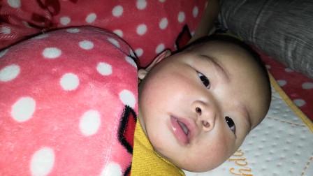 宝爸一个劲的逗宝宝说话,宝宝就是不说,光对着镜头发呆,萌翻了