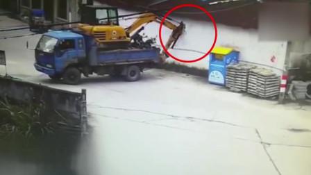 男子驾车载挖机货车只顾倒车 撞破房屋墙壁