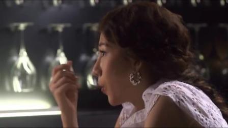 小伙想给美女个惊喜求婚,钻戒放蛋糕里,不料美女全吃完也没见着