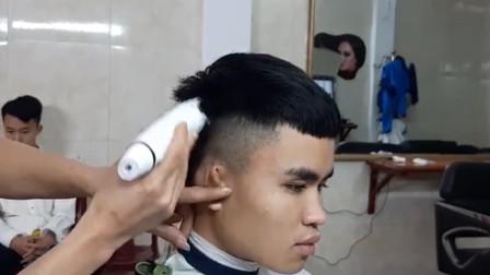 男子到乡下理发店剪头发,老师傅拿起推子直接推