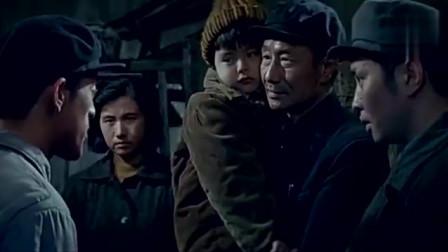 一群帽子男聚集,老头儿怀里还抱着个孩子,他们说这些