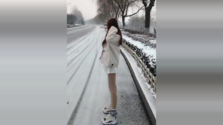 姑娘,下着雪耶,尊重一下冬天吧