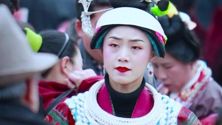 贵州苗族姑娘跳芦笙