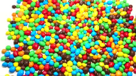 亲子趣味色彩启蒙,五彩斑斓的巧克力豆倒成一堆,真漂亮啊亲