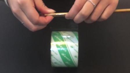 急着用双面胶旁边没有怎么办,别着急,一根筷子就能搞定