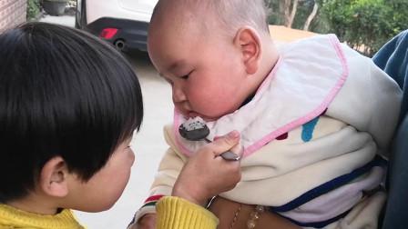 姐姐给小宝宝喂火龙果,结果每一口都喂进自己的嘴,表情萌翻了