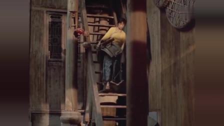 老板娘从楼上下来 不知长工在门缝里看着