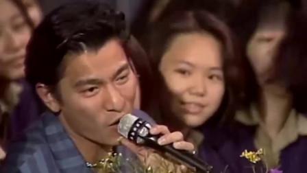 刘德华演唱现场歌迷跑过来拥抱,看他是多么受粉丝喜欢!