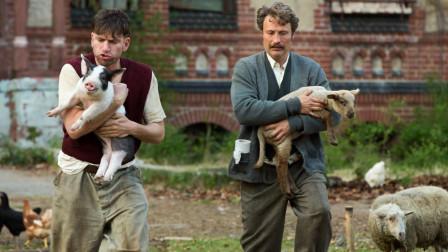 """兄弟二人抱着动物干嘛?这要说起辈分来,得管动物们叫一声""""妈""""!"""