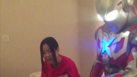 《艾克斯奥特曼》去日本游玩恰好儿子生日,酒店派奥特曼送来了礼物!