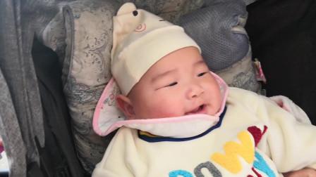 妈妈帮小宝宝换纸尿裤,小宝宝动都不动一下,表情萌翻了