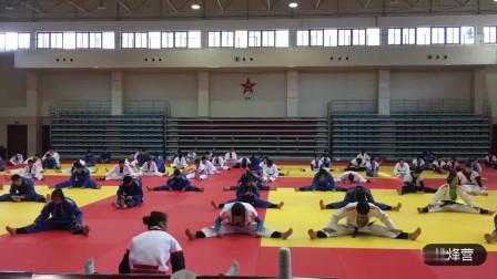 团结紧张,严肃活泼,传统中国式摔跤热身活动盛况