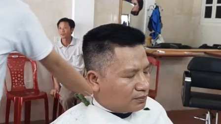 中年大叔满头白发,理完头发还不染,气死理发师