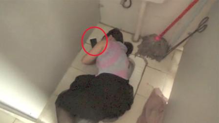 女学生身份证掉厕所伸手捞被卡 救援全程淡定玩手机