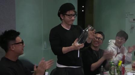 刘谦与同事聚餐随手再现倒饮料魔术,这回连珍珠奶茶都变出来了