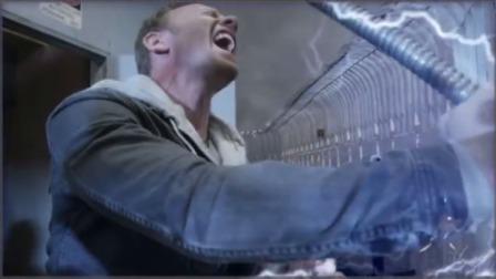 龙卷风里全是鲨鱼,男子直接用楼顶的冷却剂干掉了他们,差点丧命