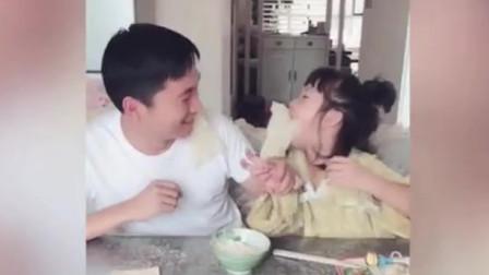 爸爸嫌弃小萝莉吃的满嘴都是,没想到小萝莉直接亲爸爸脸上,好幸福哦