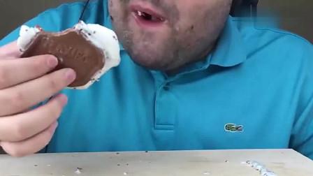 韩国胡子大叔吃巧克力涂层冰淇淋三明治,口感超棒,好吃极了!