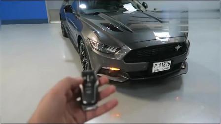 小伙订制了一辆福特野马跑车,不知道钥匙怎么用,瞎按以后霸气开!