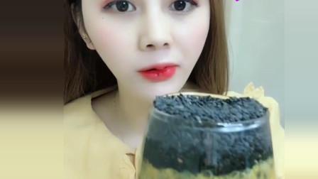 吃播小姐姐:今天喝百香果加芝麻冰,真是不怕冰啊!