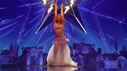 肚皮舞:美女举着火扇子跳肚皮舞:出场震撼,却被全部评委灭灯!