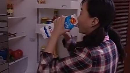 小保姆偷喝牛奶不料太太立马发现牛奶少了还好小保姆够机智