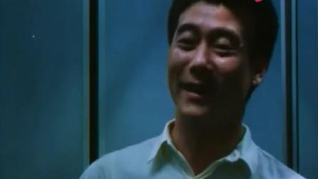 大叔上电梯,美女看到大叔的装扮,忍不住笑了!