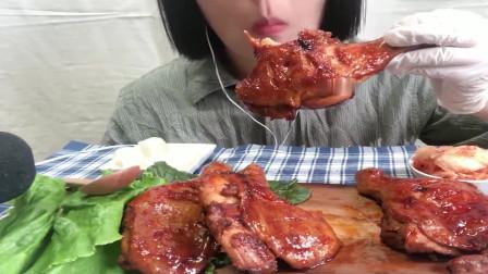 吃货小姐姐,吃蜜汁烤鸡腿,配上泡菜,吃得太香了