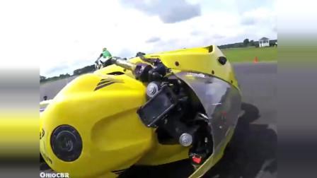 机车摩托:重机车公路车祸集锦,摩托车在公路飙车,一点失误就会出现意外
