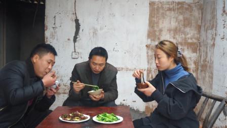 """三兄妹吃""""腊肠"""",香脆好吃又下饭,炒一盘都不够吃"""